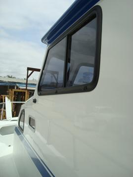 Flush deck with walk-around cabin